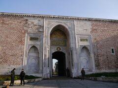 『トプカプ宮殿』に到着。 この [ 皇帝の門 ] が入口。  トプカプ宮殿は、1453年にイスタンブールを陥落させたメフメット2世が1460年に着工。 その後、何代にも渡り様々な建築様式で増築を重ねた。  15世紀中頃から20世紀初めまで、政治や文化の中心であり、強大な権力をもっていたオスマン朝の支配者の居城である。  70万平方メートルの敷地はひとつの町となっていて、1856年にドルマバフチェ宮殿ができるまで繁栄していた。  3方を海に囲まれた丘の端に位置し、東西貿易の接点であるボスポラス海峡に睨みをきかせていたのだろう。