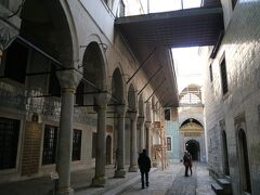 ハレムに入ったところ。このあたりは宦官の部屋。 ハレムには、王族の親族以外に1000人以上の側女や宦官や奴隷などがいたとか。 大奥の比ではないかも。