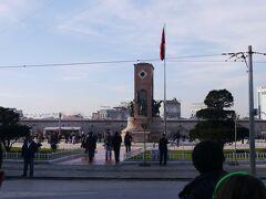 フニキュレル、タクシム広場を下車し、地上に出ると目の前がタクシム広場。 小高い場所にある。