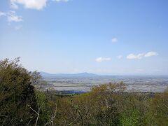 新潟平野を一望の山頂。あっという間に着きました。  向かいに見えるのは、右が角田山で、左が弥彦山です。