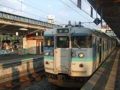 で、一気に松本まで。これは上諏訪駅で特急の通過待ち。夕方の信州と言うことで風が涼しくてクーラーの効いた車内にいるより、外の方が気持ちがよい。しかも蜩の鳴き声が涼しげですごく癒されます。