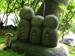 15分ほど御霊神社のお庭を散策した後は、長谷寺へ。  長谷寺は、6月の頃は、紫陽花待ちの整理券が出る程混むと聞いていたので、覚悟していたのだが、さすがに朝早い時間だったせいか、待ち時間は、なし。  参道では、良縁地蔵さんがにっこり微笑んでいた。