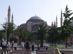 アヤソフィア教会/モスクで今は博物館.かつてのギリシャ正教の総本山でビザンツ建築の最高傑作.1453年にコンスタンチノーブル陥落後,オスマン帝国下でイスラムのジャーミィ(礼拝用の大モスク)に変えられた.初代大統領ケマル・アタテュクル(現代トルコの父)により,ビザンチンのモザイク画などが復活され,博物館に整備された.  駐在員の人からブルーモスクよりこちらの方がよく,待ち時間が長いので,早朝に行くようにとアドバイスされた.9am開館の40分前にいったが100m程の待ち行列.それでも1時間で入れたので,かなり良い方のよう.  イスタンブールは東西文明の十字路だが,正に東西文明(キリスト教とイスラム教)の交わったところ.