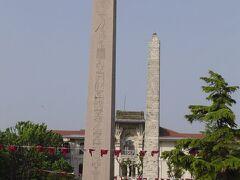 ヒッポドロームと言って,ローマ式競技場跡(映画「ベンハー」の馬車レース:古いですね).ブルーモスクの隣.最初の馬車レースが行われたのは203年とのこと.  今はエジプトから持ってきたオベリスク2塔が置かれている.手前のものには古代エジプト文字が彫られており,味がある.元はルクソールのカルナック神殿にあったものが309年に運ばれたとのこと.1本の石です.  (バチカンのサンピエトロ広場中央にもエジプトから持ち帰ったオベリスクがある.)