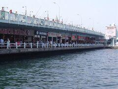 ガラタ橋に近づく.上がトラムも通る道路で,階下はレストラン街になっている. 上で釣りをしている人多数(何が釣れるかは後日).