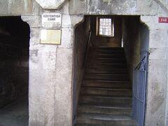 やはりガラタ橋近くにあるリュステム・バシャ・シャーミィは地図では分かるのだが,入口がどこか分からなかった.団体さんについていったら,このような分かりにくい入口だった.
