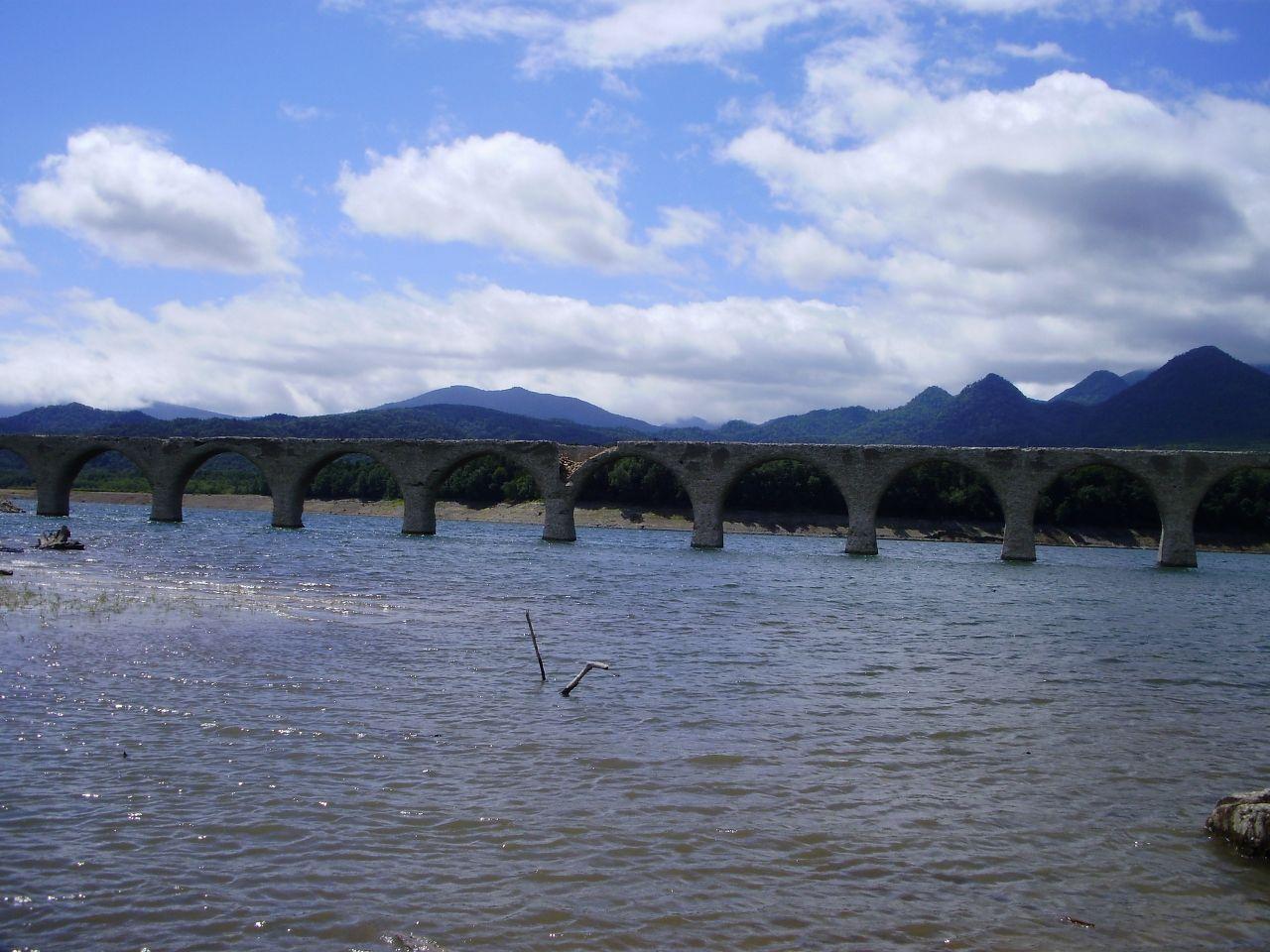 10年以上前に訪れたタウシュベツ川橋梁。現在は風化も進み安易にそばに近づけません。列車が走っていた風景も見てみたかったです。