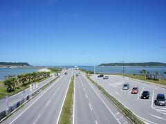 古宇利島もよかったのですが、今回は海中道路を。 もちろん、青い海と空も文句なしです。