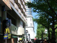 """宿泊したホテルは""""ホテルニューグランド""""でしたが、 中華街にも近いし、朝食はホテルのアメリカンブレックファストよりお粥でも・・・と思っていました。  でも、すぐ近くにいつも行列するほど人気のハワイアンパンケーキのお店 """"Eggs 'n Things""""がある事に気がつきました。 基本的に並ぶのが嫌いな私たちなので、 開店ちょい前位に行けば並ばずに済むかも・・・ それならパンケーキを食べてみるのもいいかもね。 と、9時オープンの少し前に行ってみる事にしました。  """"ホテルニューグランド""""の建物の隣、""""スターホテル""""の1階にあるので 、すぐ近くなのですが・・・。 オープン直前位に来てみましたが、すでに沢山の人が並んでいます〜〜〜。"""
