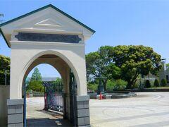 噴水広場側の公園入り口。 右手には山手111番館(旧ラフィン邸)があります。  旅行記の続きは 「横浜山手・洋館めぐり街歩き2 山手111番館〜横浜山手聖公会あたり」 へ続きます。