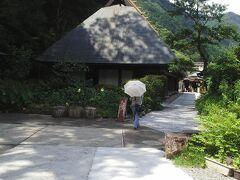 国指定重要文化財 鶴富屋敷(那須家住宅) 築300年といわれる椎葉村を代表する建築物、全面に縁側が横に長く配置された寝殿造りで「並列型民家」と呼ばれている。