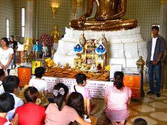 本堂内は思ったより狭く、床は座るところを探さなければならないほど参拝客や参拝客で溢れていた。 黄金仏は壁面にそって置かれていないので、360℃様々な角度から見ることができる。
