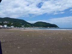 海岸に出ました。 こちらが向かって左を映した写真。 奥に小さな漁港が見えます。