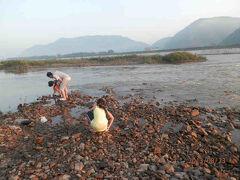 5時半前。中州で釣りをする地元民。