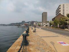 港の近くはこのように遊歩道になっています。遊歩道を歩いて若松駅の方へ向かいます。