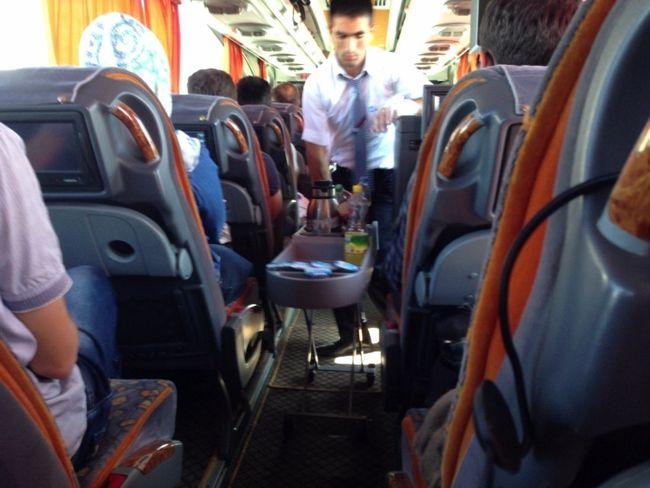バスで飛行機の機内サービスみたいなのが。