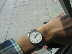 降機時に撮影。機内で時計をヨーロッパの夏時間に合わせておきました。