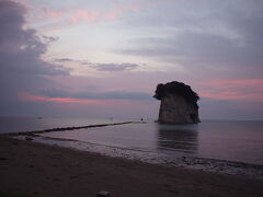 2日目朝。  日の出のちょっと前ぐらいに目覚ましをセットし、 見附島に向かいました。ちょっと雲がじゃまですがいい色ですね。静かで綺麗でした。