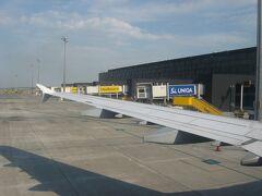 LH1240便はオーストリアとスロバキアの国境近くにあるノイジートラー湖付近で西に進路を変え、最終の着陸態勢に入りました。 17時50分、ウィーン国際空港に無事着陸。こじんまりした空港だったこともあり、着陸からものの1〜2分でスポットに到着しました。 ちなみにウィーン国際空港を利用するのは1992年以来21年ぶり、ウィーンに滞在するのは、2007年以来6年ぶりになります。