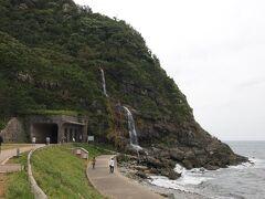 道の駅退散!  ここから能登空港に車を返すまで、適当に観光スポットを見て行きます。  次は垂水の滝。 ほんと棚田が海に面していたかと思えば、今度は山からの水が直接海に流れ込んでるという。珍しいもの多い能登半島、面白い。