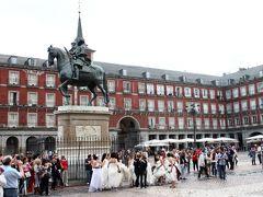 マヨール広場  中央にはフェリペ3世騎馬像。この広場はフェリペ3世の命令で1619年に完成したそうです。  この日は様々なウェディングドレスを着た女の子達がいました。なにかの撮影かな。