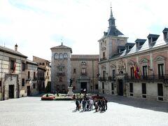 ビジャ広場  正面に見える屋敷がカサ・デ・ヒメネス・シスネーロス、右がカサ・デ・ラ・ビジャ。