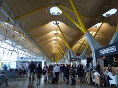 朝から体調が悪く、初めて飛行機に酔ってしまいました。  マドリード空港はしゃれたデザイン。去年アンダルシアに行く時にトランジットで降りたことがあります。