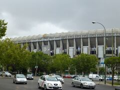 サッカーの予約のプリントをチケットにするため、サッカー場に向かいます。  サンチャゴ・ベルナベウは昔のレアルの選手の名前だそうです。