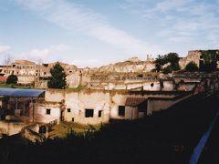 マテーラ すり鉢状の急な斜面に、掘り抜かれたサッシと呼ばれる洞窟住居