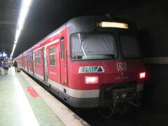 フランクフルト中央駅からSバーン(近郊電車)の電車に乗車し、3駅目のフランクフルト空港近距離駅で下車します。