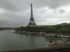 セーヌ川を渡る際にはエッフェル塔もよく見える