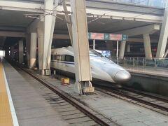 北京南駅に到着しました。  車外に出ると、空気が悪いのが感じられます。  なんだかモヤっている感覚です。  隣のホームには、CRH380AL型電車が。これに乗りたかったなぁ…。