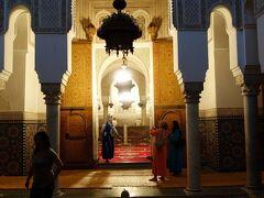 廟内。 奥の明るい部屋にムーレイ・イスマイルの棺が安置されています。
