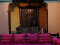 茶色い壁が続く外観からは想像できない空間が リヤド内には広がっていました。 調度品や家具が可愛らしくて素敵です。