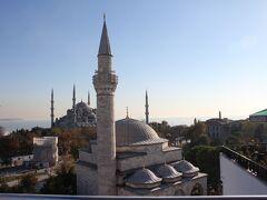 Ambassador Hotel Istanbul  ホテルのテラスからの眺め。手前はFiruz Aga Camii、奥に見えるのはスルタン・モハメット・ジャーミィ別名ブルーモスク。内部がブルーのタイルで彩られているから名付けられたそう。