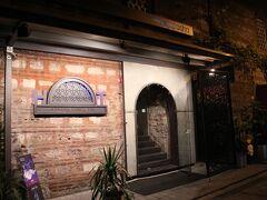 夕食の前にスーフィダンスを見学しに行きます。  Hodjapasha http://www.hodjapasha.com/  会場は意外と狭い路地にありました。よく見て歩くと大通りに小さな看板が出ています。