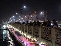 ガラタ橋の上では夜釣りでも大盛況。