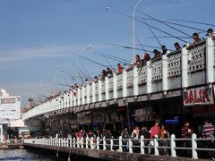 昼間のガラタ橋も釣り人がたくさん。