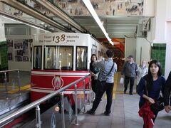 テュネル  カラキョイ駅とテュネル広場駅を結んでいます。坂を登らずに済みますがギューギューの満員でした。