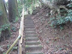 急な階段でした…   このあと近所にある 縁切り、縁結びの田中神社(たなかじんじゃ)に行こうと思っていたのですが、すっかり忘れてしまいました…ショック。 縁切りしつつ縁結びしたかったな〜。 ※田中神社へ行かなかったことに帰宅してから気づきました。    バスで松江城に向かいます。