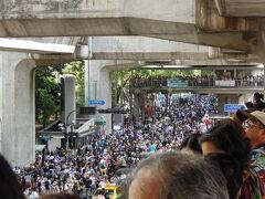 パラゴン前(警察本部前)までデモは来ていました   デモ隊の上の高架橋も人でいっぱいです。  まだそれほど緊迫感は感じられませんが、赤シャツ騒乱の終盤は高速道路の高架橋の上からプロのスナイパーが狙撃し多くの死傷者が出ました。状況の切り替わり方によっては危険な場所になります。