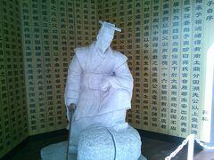 神戸新長田「三国志の街」 商店街は三国志一色。 呉の皇帝『孫権』の石像