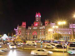 今年のナビブス ルートに戻りましょう。 Plaza de Cibeles シベーレス広場 シベーレスの噴水はライトアップさえされていなかった。 奥のシベーレス宮殿(マドリード市役所)はピンクがかったほのかなライトアップ。  (夫撮影)