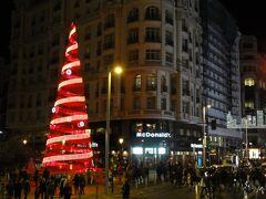 Red de San Luis レッ デ サン ルイス広場にはボーダフォンの広告ツリー。 目の前にはテレフォニカ(スペイン大手通信事業社)本社がドンと建っているのに、よくやるー