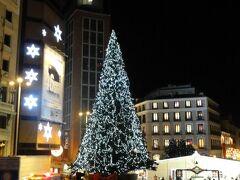 Plaza de Callao カジャオ広場には大きなツリー 鉢植えに入っています。 後ろにはデパート、エル コルテ イングレスのクリスマス オーナメント ショップが仮店舗を出しています。