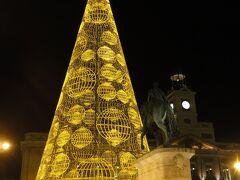 マドリードの中心地 マドリード州政府庁とカルロス3世騎馬像。