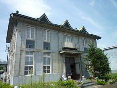 桑島記念館   駅から走ること2分かそこらで、  町の代表的な建築物が さっそく。