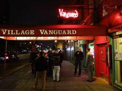 クリストファーストリートで下車、LIVEを聞きにVILLAGE VANGARDへ、あいにく満席で入れない