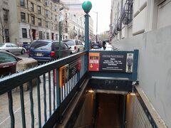 入り口は地下鉄の入り口そのもの