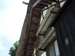 齋藤家住宅  洋風建築が続いたが、ここでようやく日本の伝統。  江戸時代から米穀商を営んでいた旧家。  木造二階建て平入り、屋根は 茅葺の切妻造。  通りに面する店舗部分には、鉄板葺の下屋を 設け、奥には居室がある構造で、江戸時代末期の この地域の町家の特徴をよく残す…  のだそう。内部未公開のため、紹介文で興味充たす。